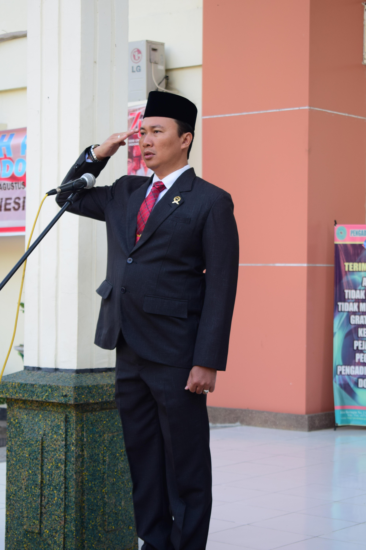 Wakil Ketua Pengadilan Negeri Dompu Bapak HARIES SUHARMAN LUBIS, S.H., M.H. selaku Pembina Upacara